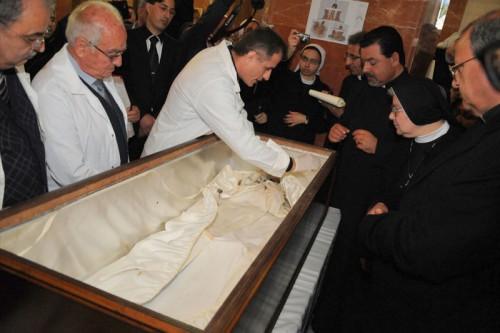 Exhumación de los restos de la Santa.