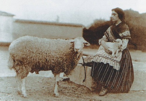 La Santa fotografiada en su juventud, vestida de pastora.