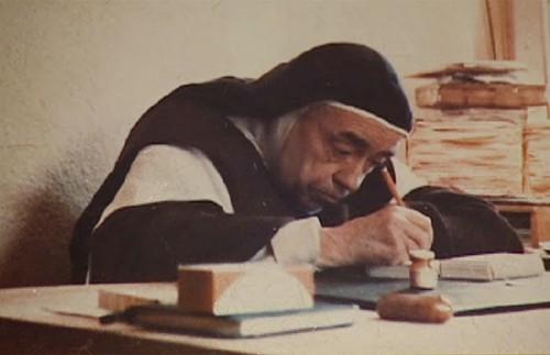 La Santa, ya anciana, escribiendo en su despacho.