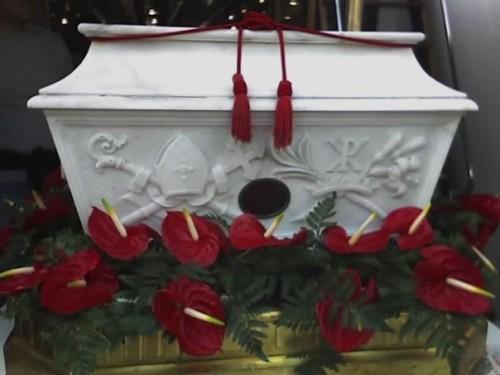 Urna con las reliquias de la Santa en la catedral de Nápoles, Italia.