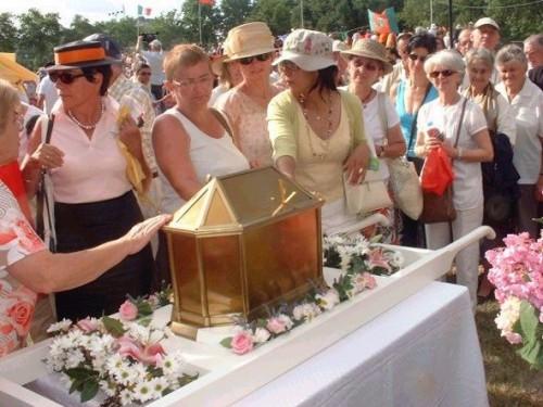 Urna con las reliquias de la Santa el día de su beatificación.