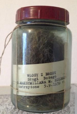 Tarro con pelo y barba con una etiqueta que dice claramente 1939.