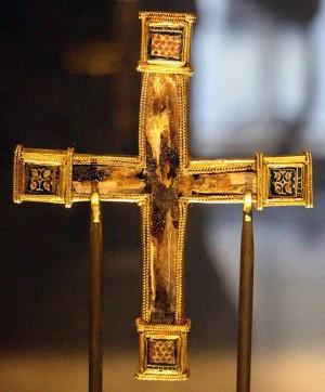 Lignum crucis procedente de Constantinopla (realizado entre el 1090-1110) y que se conserva actualmente en el Museo Diocesano de Génova (Italia).