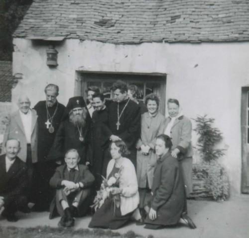 Otra foto de los dos santos acompañados de algunos fieles franceses.
