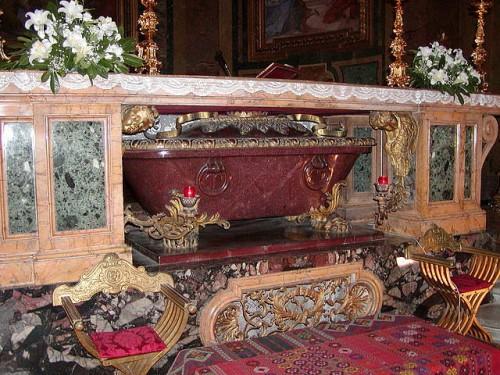 Urna de pórfido que contiene los restos de los santos en su Basílica al Celio.