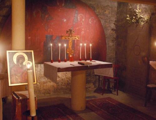 Cripta de la catedral de San Ireneo en Paris donde está actualmente sepultado. Se ve la lápida sepulcral en la pared.
