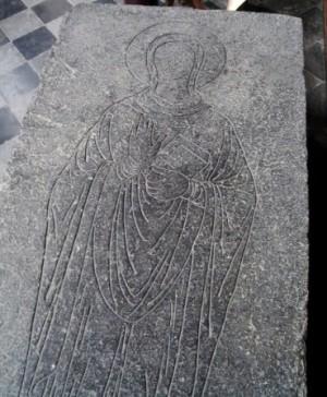 Grabado de la Santa en la lápida de su sepulcro, donde aparece como una religiosa bendiciendo.
