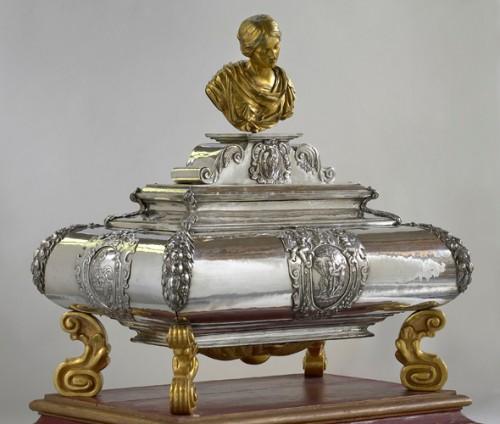 Urna de plata con las reliquias de la Santa. Iglesia de San Dionisio de Vorst, Bélgica.