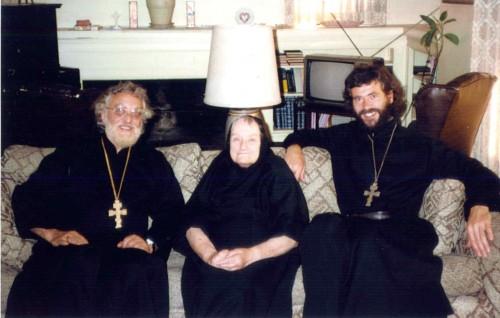 Fotografía de la Santa junto a dos sacerdotes ortodoxos.