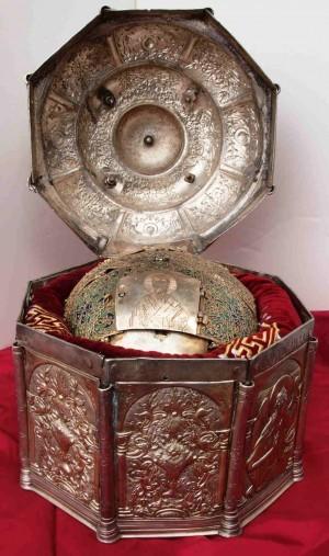 Relicario del cráneo del santo en el monasterio de San Juan Bautista, en Veria (Grecia).
