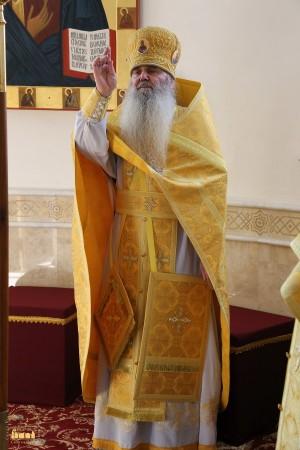 """Sacerdote ortodoxo con el """"epigonation"""" y el """"nabedrensk""""."""