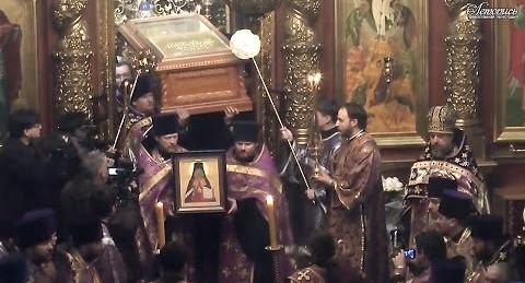 Traslado de los restos del Santo a la iglesia.