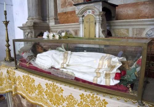 Urna de la Santa. Iglesia de San Francesco della Vigna, Venecia (Italia). Nótense los pies incorruptos asomando por debajo del vestido.