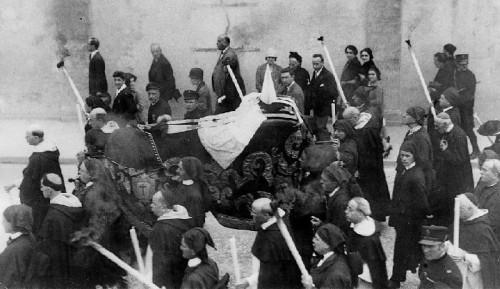 Traslado a la cripta de la iglesia del Asilo en 1925.