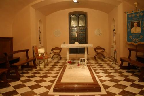 Sepultura en la cripta de la iglesia del Monasterio del Asilo.