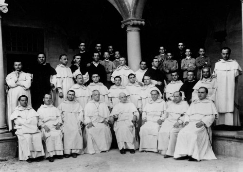 Foto en el convento de santo Domingo. En el centro está el beato Jacinto Cormier y él está a su derecha.