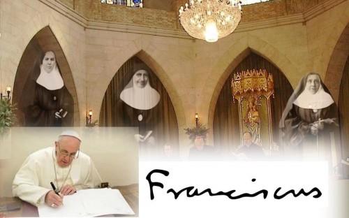 El Papa Francisco firmando el decreto de beatificación de las tres mártires.