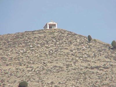 Vista de la minúscula ermita en la montaña.