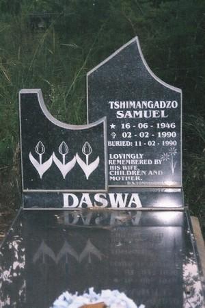 Lápida de la tumba comprada con la pensión de su madre.