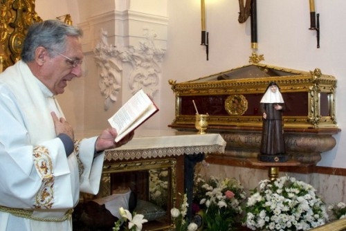 Urna de las reliquias en la Casa Madre de la Congregación en Sevilla. Al nivel del suelo se encuentra la urna de las reliquias de Santa Ángela de la Cruz.