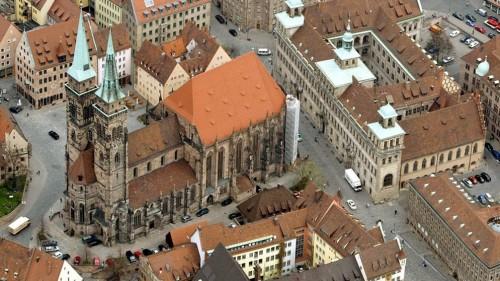 Vista aérea de la iglesia de San Sebaldo en Nuremberg, Alemania.