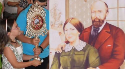 Santos padres de Santa Teresita y la niña del milagro  llevando sus reliquias.