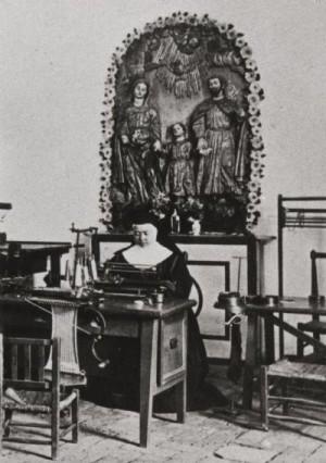 La Santa trabajando en su taller, bajo la mirada de la Sagrada Familia.