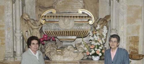 Sepulcro de la Santa en la capilla de la casa madre.
