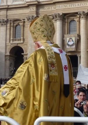 Vista del tapiz en el día de su canonización.