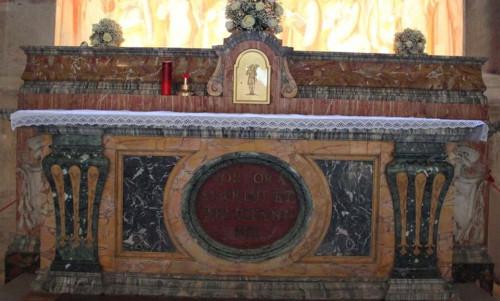 Sepulcro de los Santos en el altar de su capilla. Iglesia de San Stefano Rotondo, Roma (Italia)l