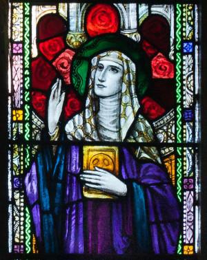 Detalle de la Santa en una vidriera de la iglesia de San Kieran, Ballylooby, Irlanda.