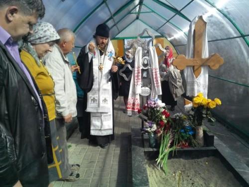 Un obispo ortodoxo venerando el sepulcro de la Santa.