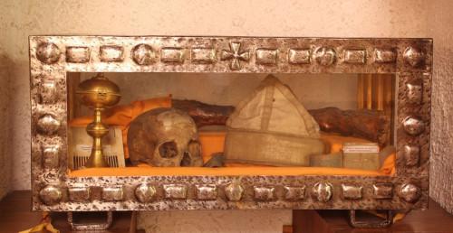 Urna con el cráneo y la pierna izquierda del Santo.