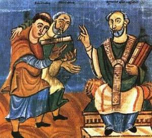 """El Santo (izqda.) y su maestro Alcuino, abad de la abadía de San Martín (dcha.) entregando la obra """"De laudibus sanctae crucis"""". Iluminación del manuscrito en Fulda, Alemania."""