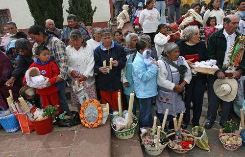 Bendición de velas, semillas e imágenes del niño Dios el día de la Candelaria.