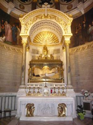 Sepulcro del Santo en su Basílica de Ars, Francia.