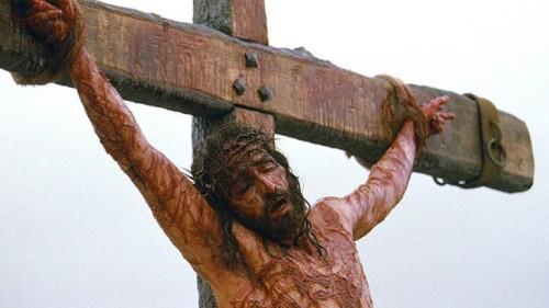 """La agonía de Jesús interpretada por el actor Jim Caveziel. Fotograma de la película """"La Pasión"""" (2004) dirigida por Mel Gibson."""