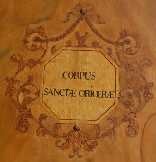 Inscripción en una de las puertas que cierran su relicario. Iglesia del convento del Carmen, Santiago de Compostela, España.