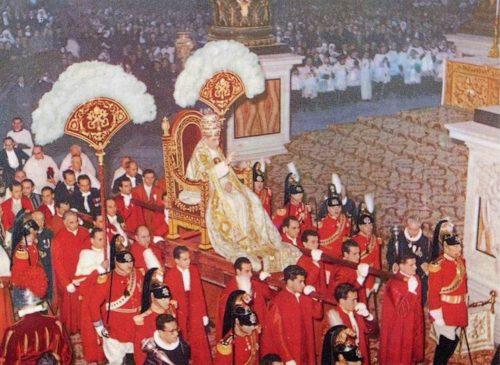 Fotografía coloreada del papa Pío XII siendo llevado en la sedia gestatoria.