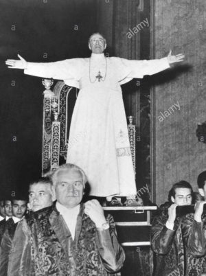 Fotografía del papa Pío XII de pie sobre la sedia gestatoria.