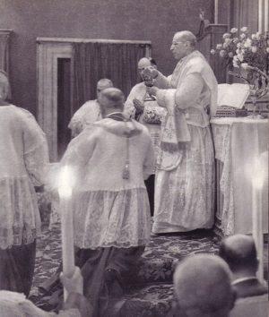 Pío XII celebrando la Santa Misa.