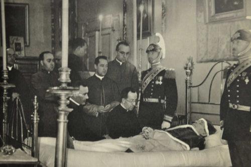 El Papa Pío XII, ya fallecido, de cuerpo presente en su residencia de Castel Gandolfo, Italia. Año 1958.